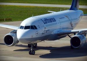 Zaradi zamude prvega leta potnica zamudila povezovalni let za Ljubljano