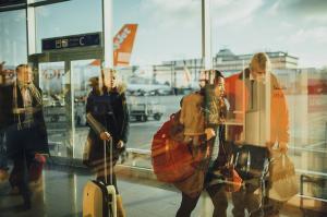 Skupina potnikov prejela 3000 evrov odškodnine zaradi odpovedi leta