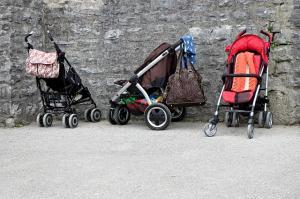 Prek spleta naročil otroški voziček in prejel poškodovanega