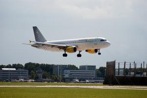 Sodišče EU: V primeru odpovedi leta mora letalska družba povrniti tudi provizije